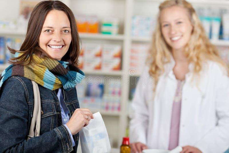 Client heureux avec un pharmacien images stock