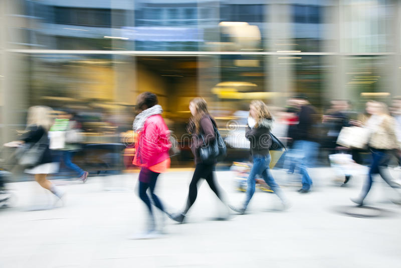 Client marchant après une fenêtre de magasin image stock