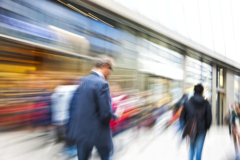 Client marchant après une fenêtre de magasin photographie stock libre de droits
