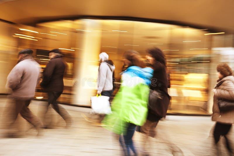 Client marchant devant la fenêtre de boutique image stock