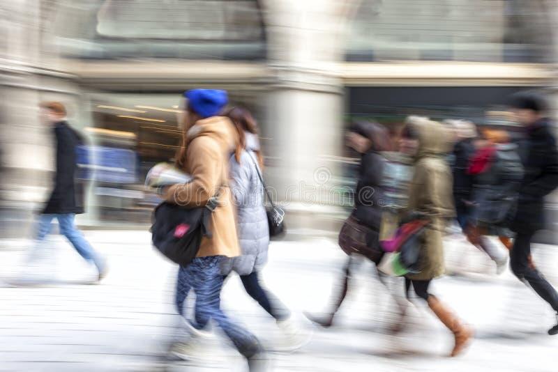 Client marchant devant la fenêtre de boutique images stock