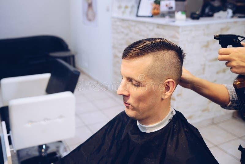 Client masculin dans le salon de coiffure image stock