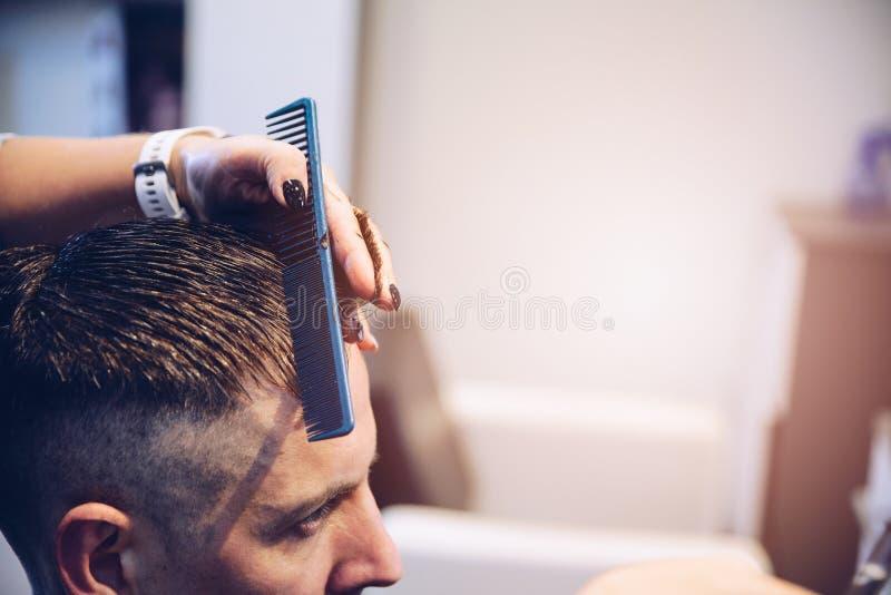 Client masculin dans le salon de coiffure images libres de droits