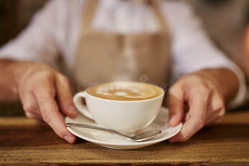 Client payant à un café avec la carte de crédit images libres de droits