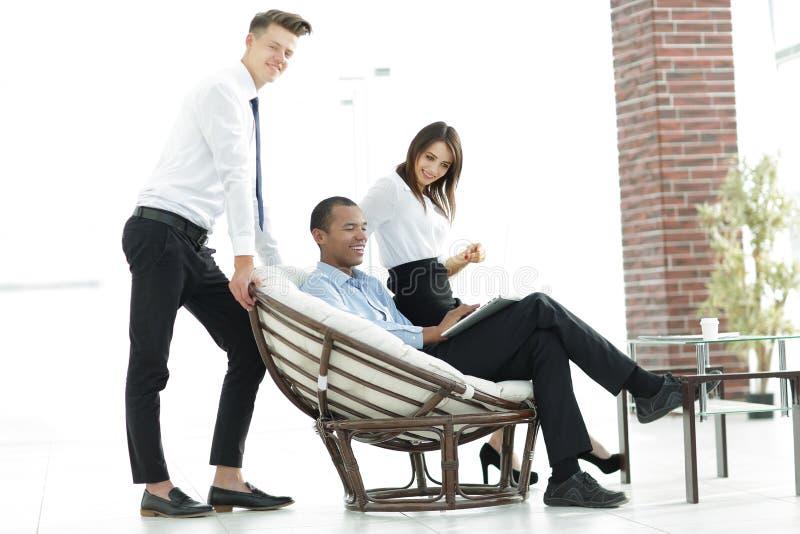 Client r?gulier et employ?s dans un bureau moderne photographie stock