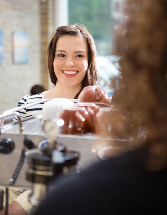 Client regardant la serveuse In Cafeteria images libres de droits