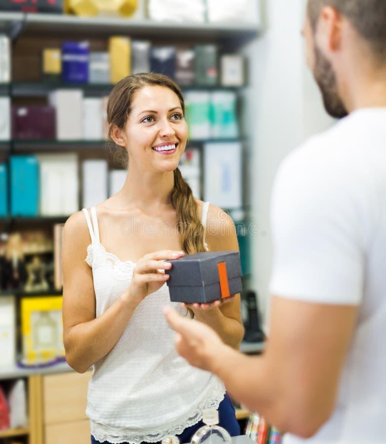 Cliente al negozio che paga allo scrittorio del registratore di cassa fotografia stock