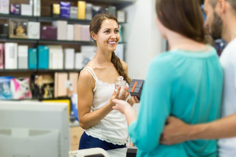 Cliente al pagamento del negozio fotografie stock