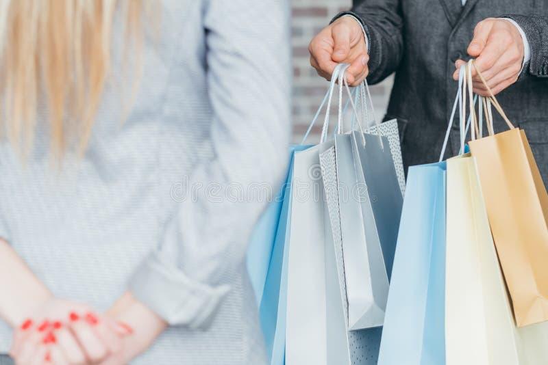 Cliente al por menor en línea de los bolsos de mano del hombre de la entrega de la tienda fotos de archivo libres de regalías