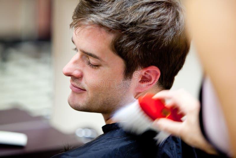 Cliente caucasiano bonito em um salão de beleza do hairdressing fotos de stock