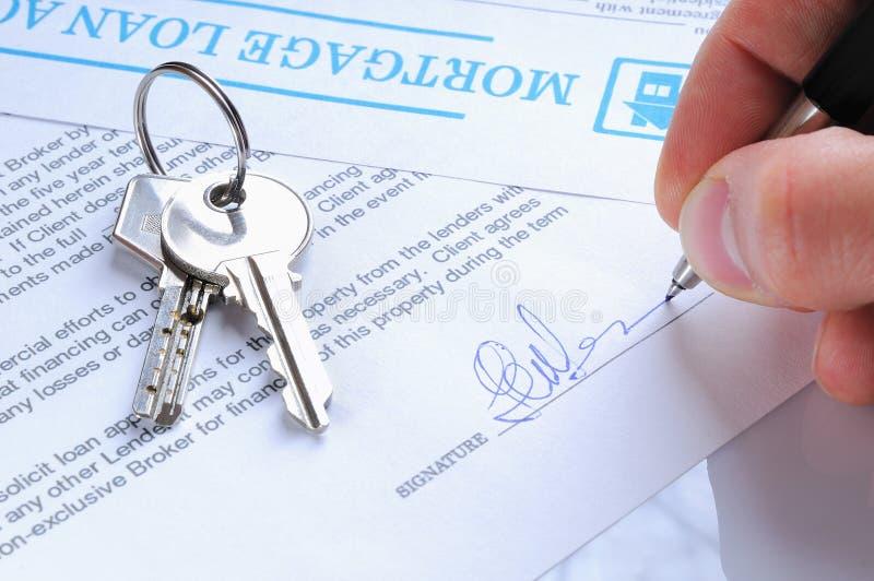Cliente che firma un accordo di mutuo ipotecario immagini stock