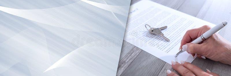 Cliente che firma un contratto del bene immobile Bandiera panoramica fotografie stock libere da diritti