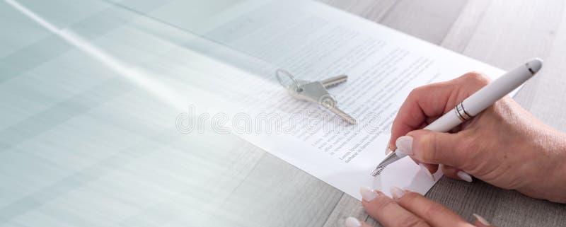 Cliente che firma un contratto del bene immobile; insegna panoramica fotografia stock libera da diritti