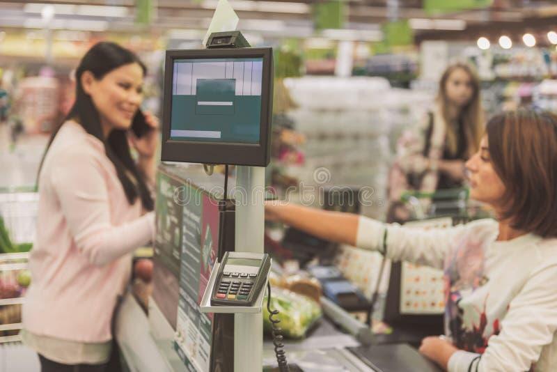 Cliente che individua vicino alla cassa nel supermercato immagini stock libere da diritti