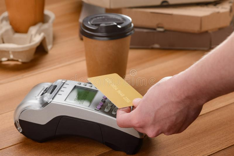 Cliente che paga il caffè asportabile fotografie stock