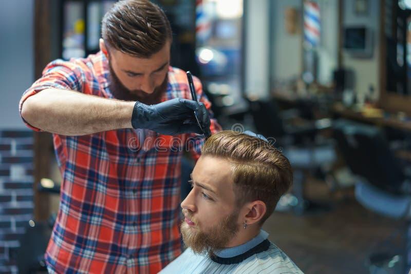 Cliente com cabeleireiro foto de stock