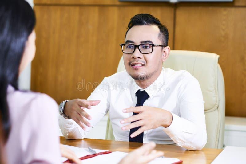 Cliente consultantesi del consulente finanziario fotografia stock libera da diritti