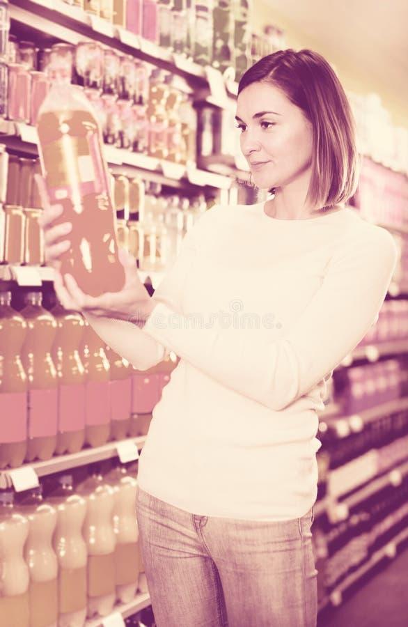 Cliente da menina que procura bebidas de refrescamento foto de stock royalty free