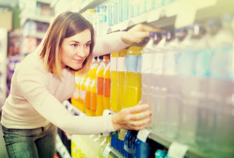 Cliente da menina que procura bebidas de refrescamento imagens de stock