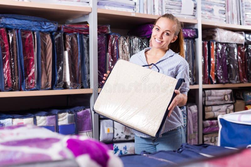 Cliente de la mujer que elige para ropa de cama hermosa imagen de archivo libre de regalías
