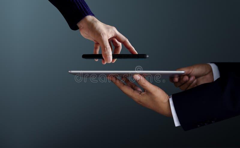 Cliente de la mujer que usa Smartphone a hacer los wi de Transection del pago fotografía de archivo