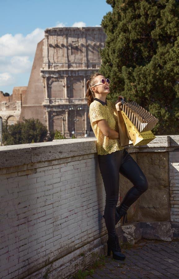 Cliente de sourire de femme pas loin de Colosseum à Rome, Italie photos stock