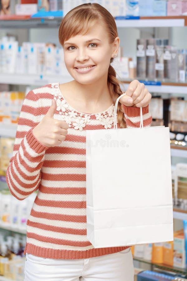 Cliente de uma farmácia com saco de papel imagens de stock
