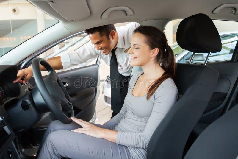 Cliente del consulente in materia di vendite dell'automobile immagini stock libere da diritti