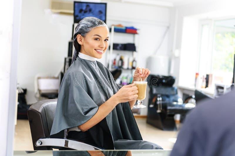 Cliente del parrucchiere che aspetta con il caffè fotografia stock
