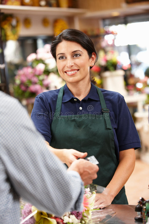 Cliente del servizio della donna in fiorista fotografia stock libera da diritti