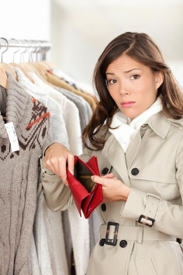 Cliente della donna che tiene portafoglio o borsa vuoto fotografie stock