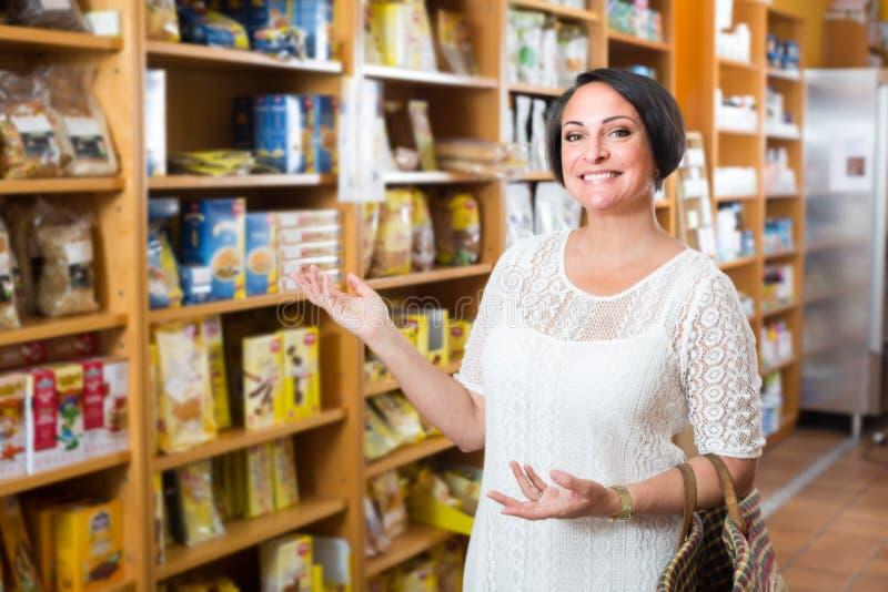 """cliente ¿ do ï do"""" que compra suplementos dietéticos fotografia de stock"""