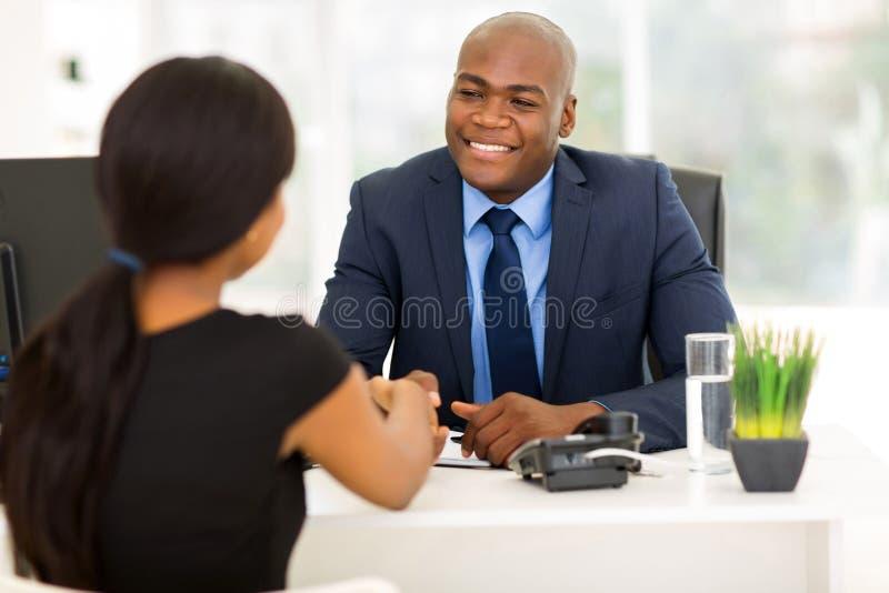 Cliente do aperto de mão do homem de negócios imagens de stock
