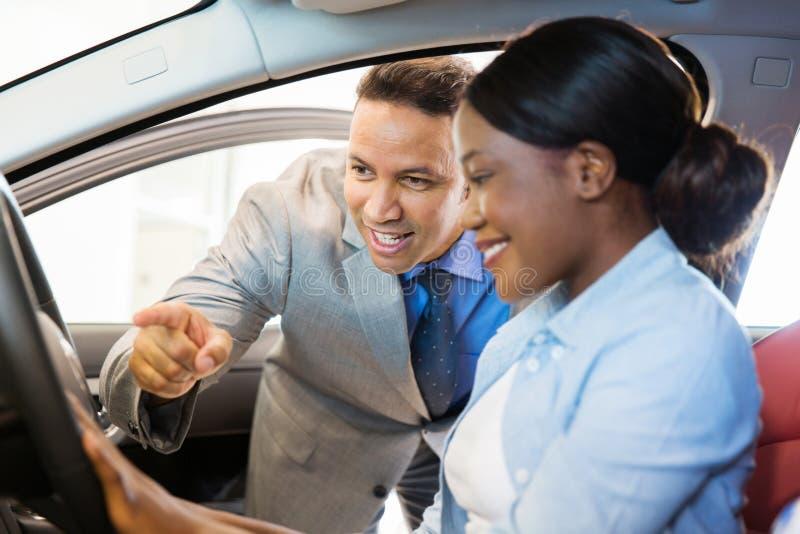 Cliente do consultante das vendas do carro imagens de stock royalty free