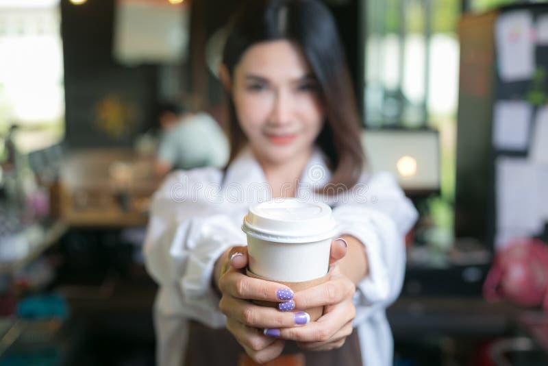 Cliente do serviço do barman da mulher na cafetaria fotos de stock royalty free