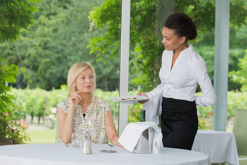 Cliente do serviço da empregada de mesa com alimento imagens de stock