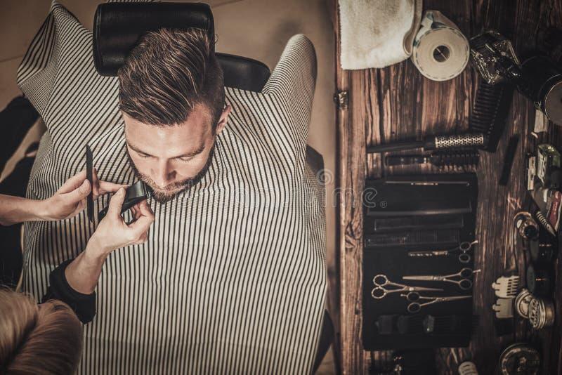 Cliente durante la preparación de la barba y del bigote fotografía de archivo libre de regalías