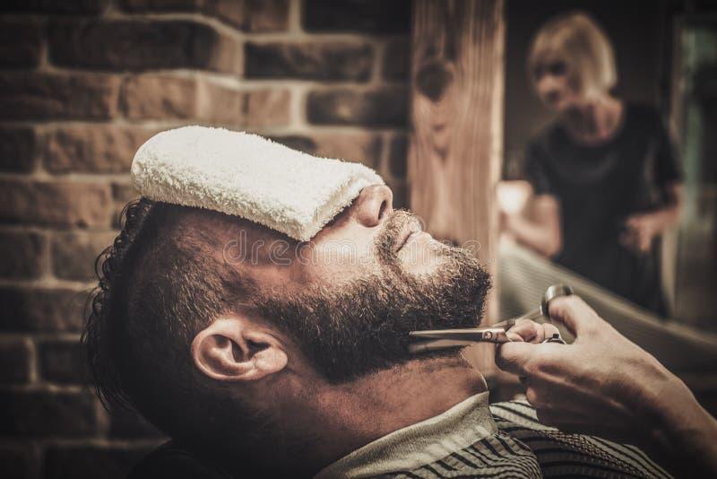 Cliente durante la preparación de la barba y del bigote foto de archivo libre de regalías