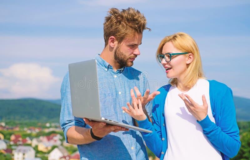 Cliente e desenhista que discutem o projeto Conceito da cobertura do Internet Acesso online O Internet m?vel d? a possibilidade a foto de stock