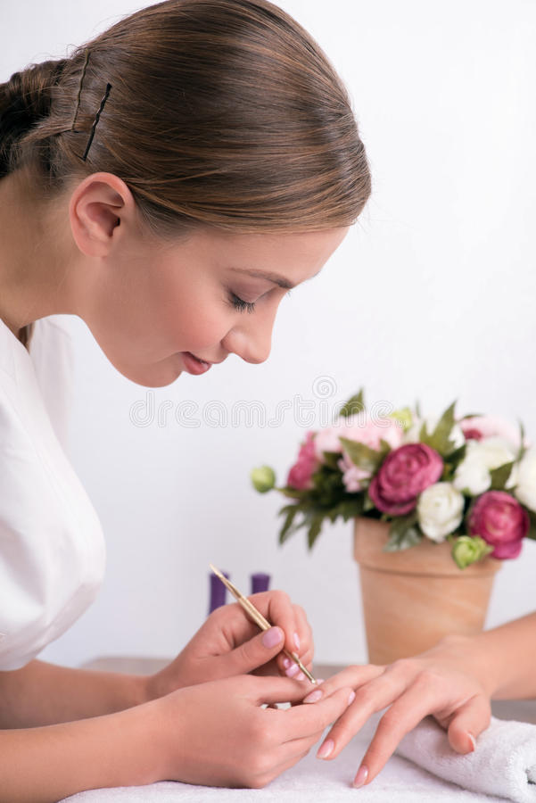 Cliente e manicure nel salone del manicure immagine stock libera da diritti