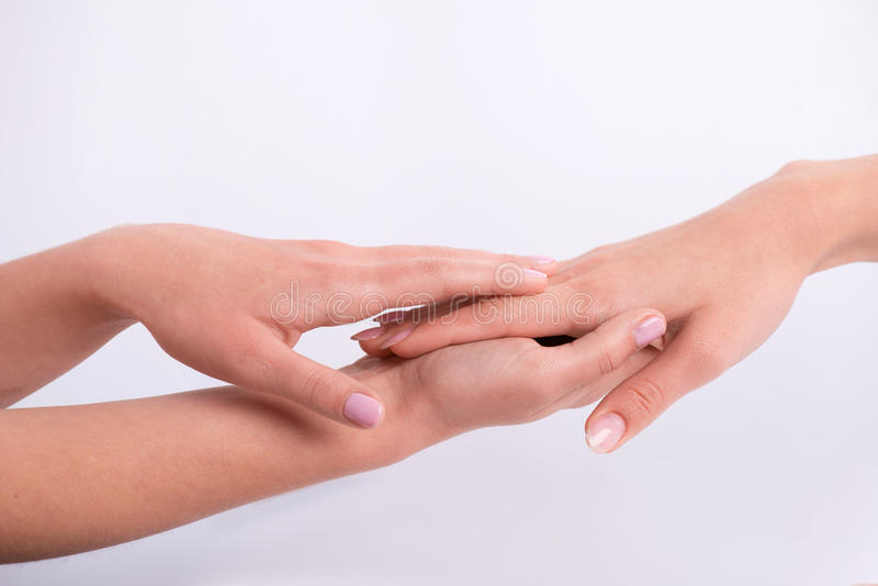 Cliente e manicure nel salone del manicure immagine stock