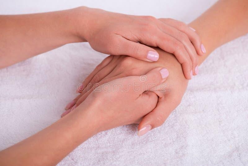Cliente e manicure nel salone del manicure fotografie stock libere da diritti