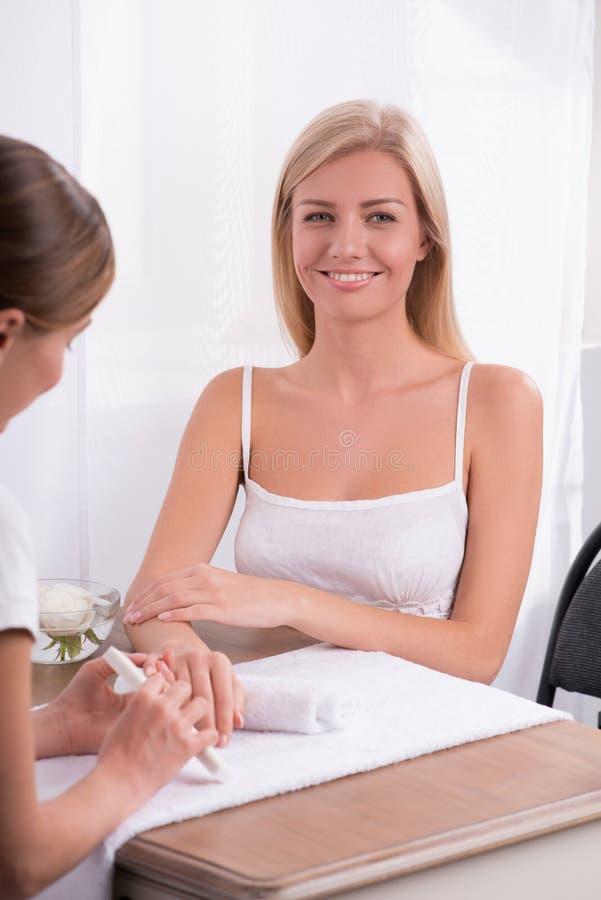 Cliente e manicuro no salão de beleza do tratamento de mãos imagem de stock