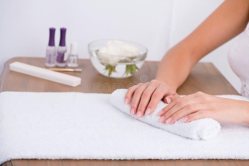 Cliente e manicuro no salão de beleza do tratamento de mãos fotos de stock royalty free