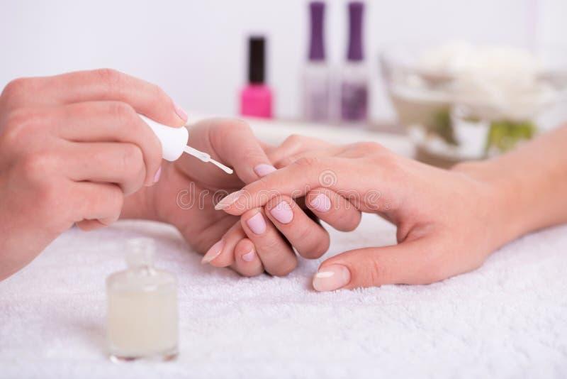 Cliente e manicuro no salão de beleza do tratamento de mãos fotos de stock
