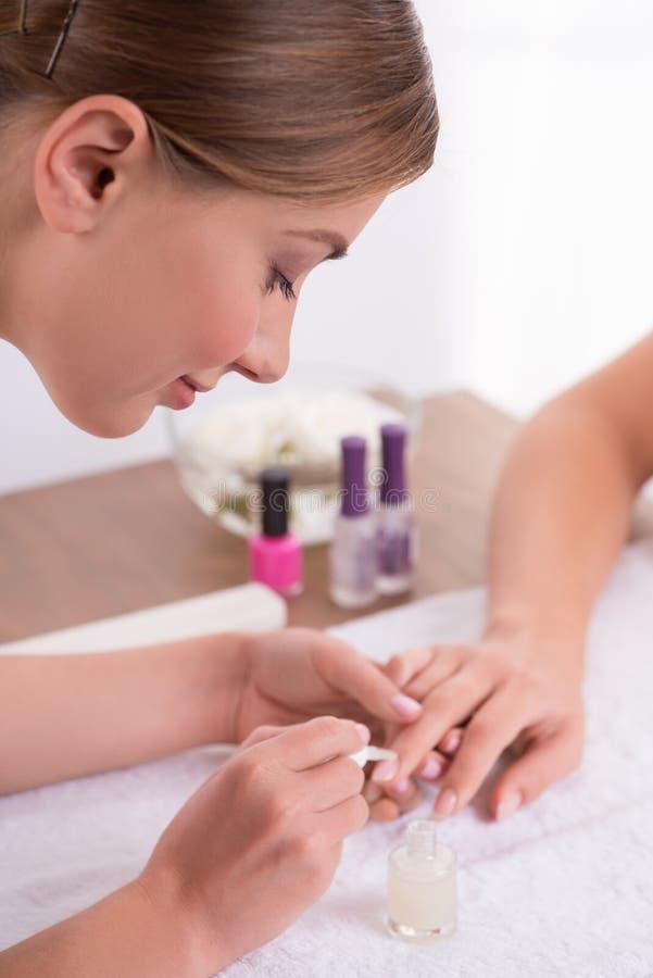 Cliente e manicuro no salão de beleza do tratamento de mãos imagens de stock royalty free