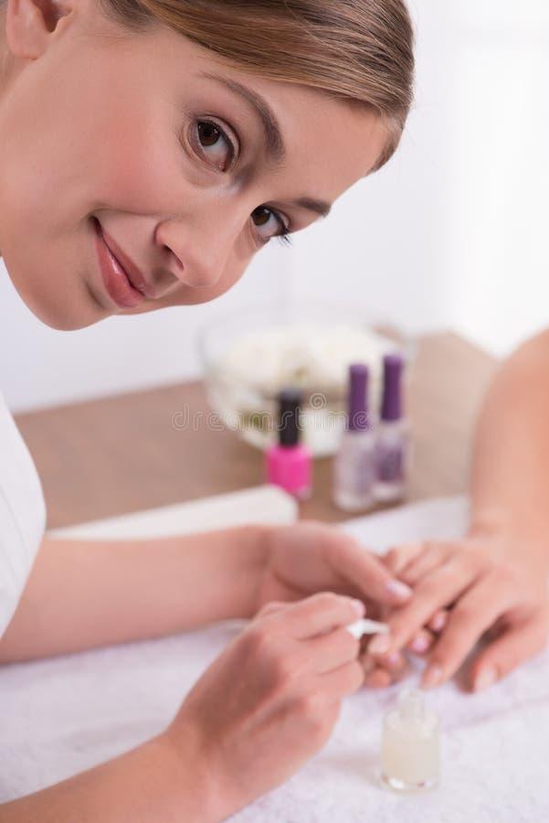 Cliente e manicuro no salão de beleza do tratamento de mãos foto de stock