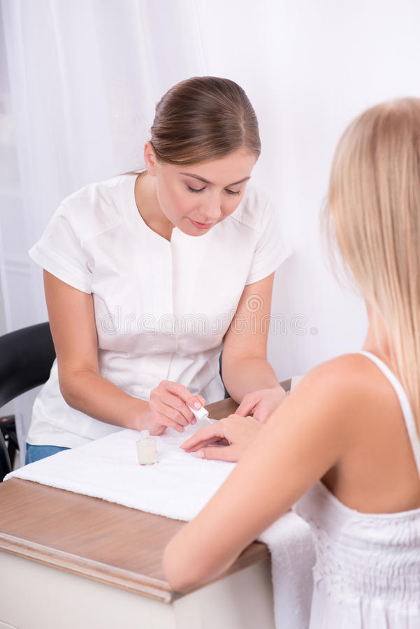 Cliente e manicuro no salão de beleza do tratamento de mãos foto de stock royalty free