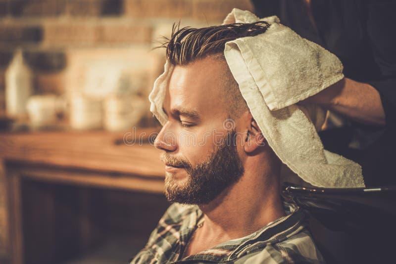 Cliente em uma barbearia imagem de stock