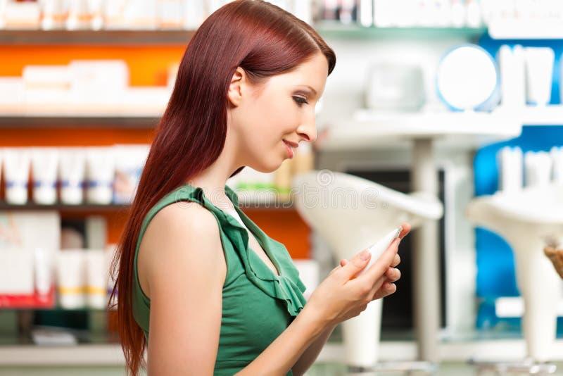 Cliente em uma compra da farmácia ou da drograria foto de stock royalty free